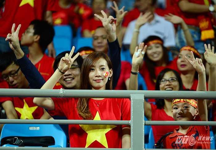 Trong 'cơn lốc đỏ' ở khu vực khán đài A, có rất nhiều những fan nữ xinh đẹp. (Ảnh: Hà Thành)