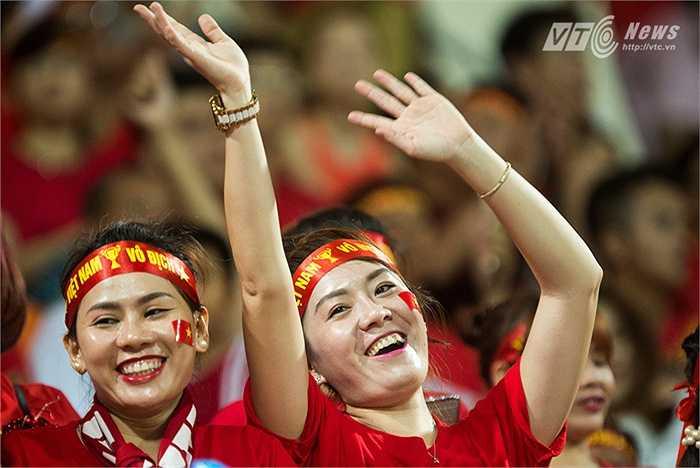 Trước, giữa và sau trận đấu, BTC bật những ca khúc sôi động, trong đó có những ca khúc của Việt Nam để các CĐV có thể nhảy trên khán đài. (Ảnh: Hải Thịnh)