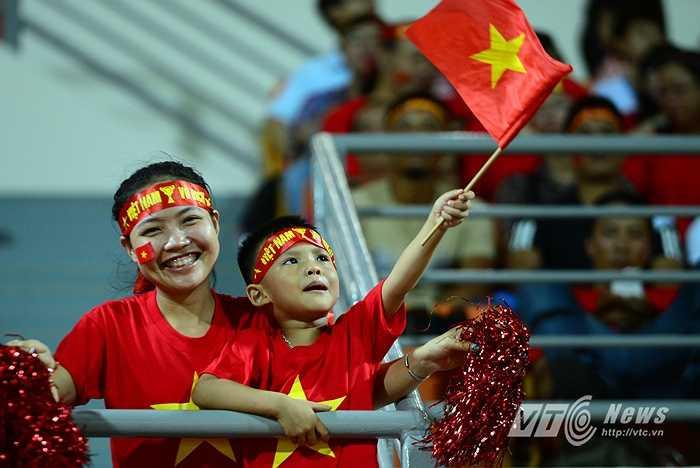 Những fan nhí cũng vào vui đầy phấn khích. (Ảnh: Hà Thành)