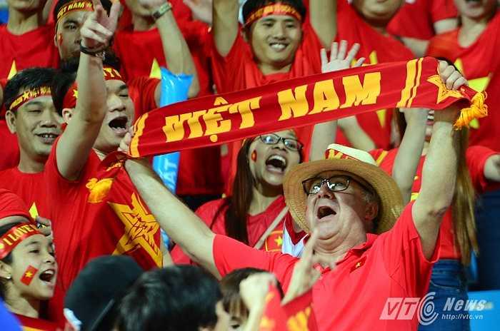 Một fan nước ngoài dành tình cảm cho Việt Nam, cổ vũ rất nhiệt. (Ảnh: Hà Thành)
