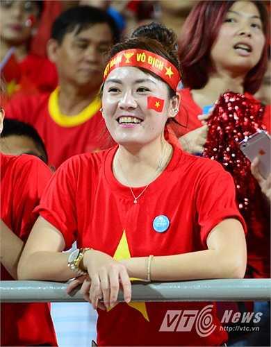 Dù U23 Việt Nam không có được thế trận tốt trước U23 Thái Lan, các CĐV vẫn liên tục khích lệ tinh thần. (Ảnh: Hà Thành)