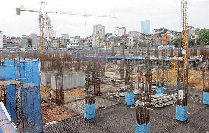 Dự án Tràng An Complex tại số 1 Phùng Chí Kiên (quận Cầu Giấy) mới xong móng, nhưng gây sóng gió thị trường, khi lượng người đặt cọc muốn mua căn hộ đạt 300% lượng căn hộ mở bán, khiến nhiều người không thể mua được nhà