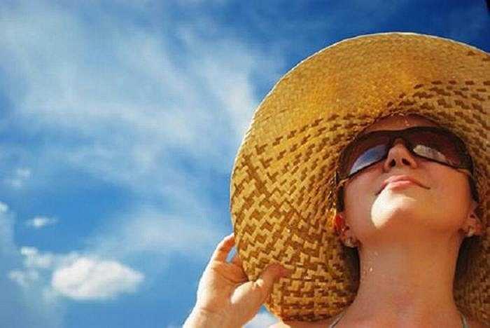 Bạn nên mang áo chống nắng, đeo kính, khẩu trang che kín mặt để tránh bị bắt nắng và hạn chế bụi bẩn bám vào da mặt gây hại cho làn da.