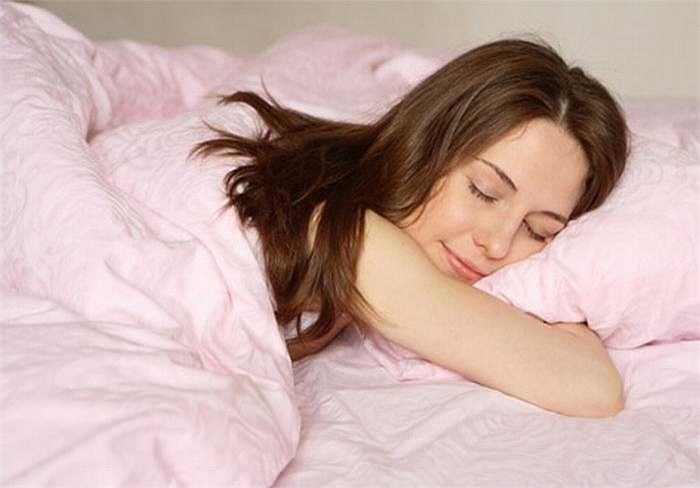 Ngủ đủ giấc cũng sẽ giúp cho em có làn da mịn màng và tươi trẻ.