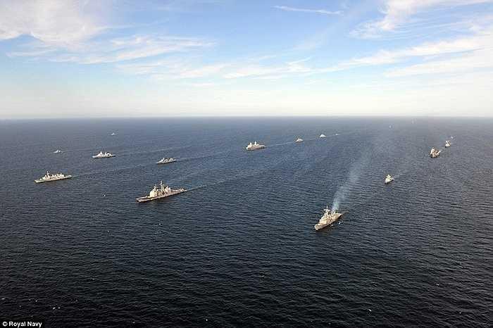 Dẫn đầu đoàn chiến hạm là Soái hạm HMS Ocean của Hải quân Hoàng gia Anh