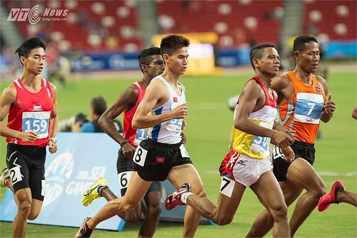 Dương Văn Thái (8) dùng chiến thuật 'núp gió' khi mới xuất phát trên đường chạy 1500m. (Ảnh: Hải Thịnh)