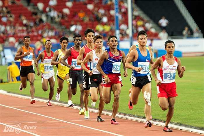 Trong suốt nửa chặng đua tiếp theo, Văn Thái vẫn không bứt lên và để cho hai VĐV dẫn đầu cạnh tranh nhau. (Ảnh: Hải Thịnh)