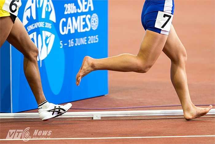 Không chỉ Phạm Thị Huệ, một VĐV khác của Việt Nam ở nội dung này là Hoàng Thị Thanh cũng chạy với đôi chân trần. (Ảnh: Hải Thịnh)