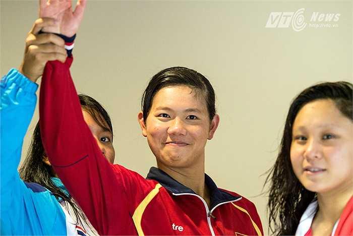 Đối thủ Thái Lan nắm tay Ánh Viên giơ lên cao như muốn nói: 'Đây là người chiến thắng thực thụ'. Ánh Viên chắc chắn rất vui. Bởi hiếm khi người ta bắt gặp hình ảnh cô ăn mừng hồn nhiên thế này.(Ảnh: Hải Thịnh)