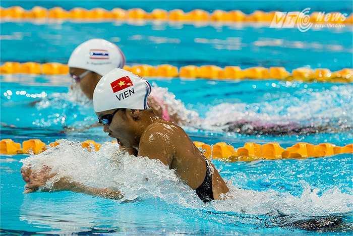 Ánh Viên so kè với đối thủ Thái Lan ở chung kết 200m ếch. Đây không phải là nội dung sở trường của Ánh Viên nhưng năm nay cô đã tập luyện để có thể tranh tài và vô địch cự li này.(Ảnh: Hải Thịnh)