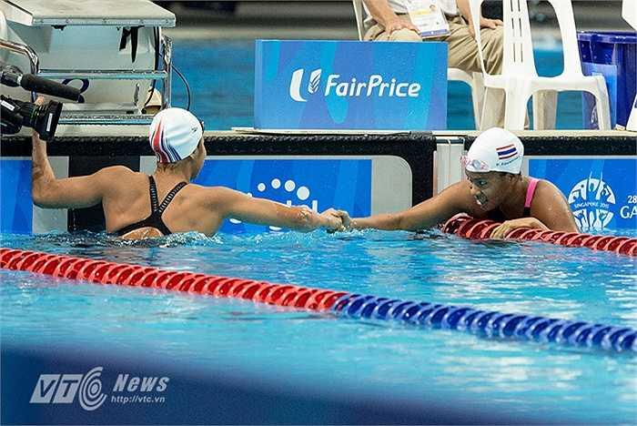 VĐV người Thái về nhì chủ động bơi sang để chúc mừng Ánh Viên.(Ảnh: Hải Thịnh)