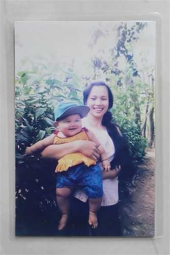 Kình ngư Ánh Viên lúc 4 tháng tuổi, xổ sữa, nặng gần 9 kg được mẹ bồng trên tay