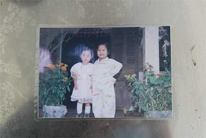 Lúc lên 3 tuổi, chụp chung với người chị bà con