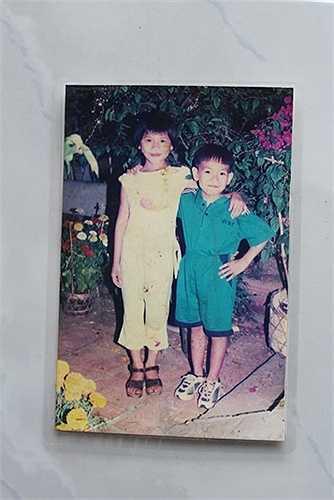 Chụp cùng em trai bà con lúc 4 tuổi