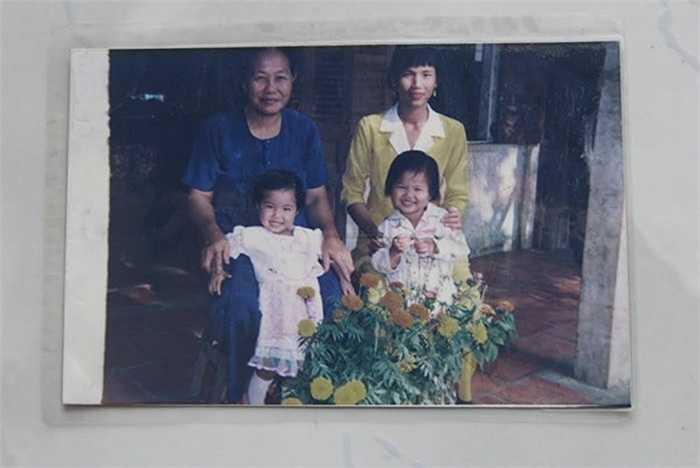 Ánh Viên (phải) lúc lên 2 tuổi chụp cùng mẹ và bà nội và người chị bà con dịp tết năm 1998