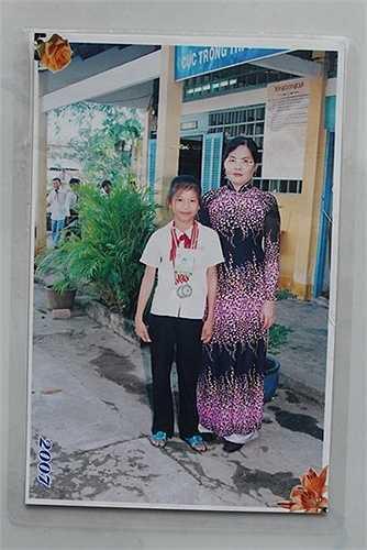 Ánh Viên năm học lớp 5, chụp chung với cô giáo, đây cũng là năm đầu tiên đoạt huy chương bạc Hội khỏe Phù Đổng cấp quận, trước khi được tuyển vào học năng khiếu tại Trung tâm thể thao quốc phòng 4, QK9