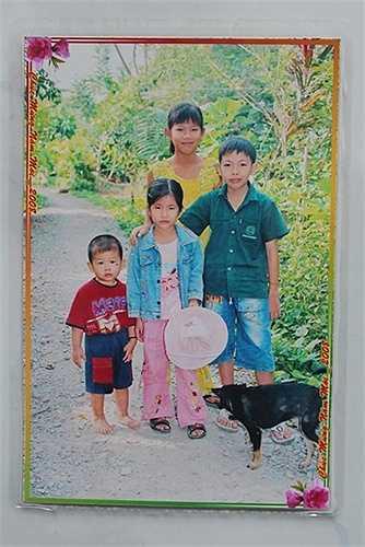Ánh Viên lúc 12 tuổi, chụp cùng các em trong tết năm 2008, năm đầu tiên kể từ ngày vào trường năng khiếu bơi lội