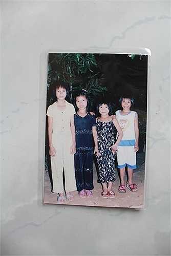 Ánh Viên (áo bông đen) lúc lên 5 tuổi chụp cùng chị em
