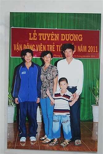 Ánh Viên chụp ảnh chung với cha mẹ và em trai trong lễ tuyên dương của H.Phong Điền Cần Thơ năm 2011, trước khi lên đường đi tập huấn ở Trung Quốc