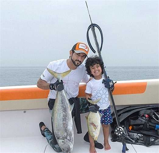 Mohammed theo hoàng tử Dubai đi câu cá trên Đại Tây Dương.