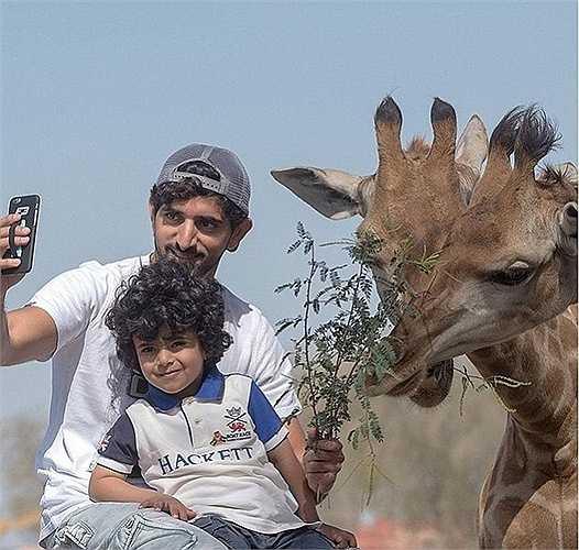 Selfie với hươu cao cổ trong chuyến thám hiểu châu Phi. Những hình ảnh này được bố cậu bé thường xuyên đăng tải lên mạng xã hội.