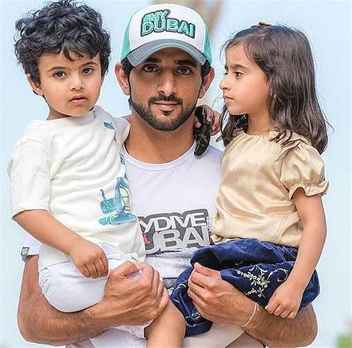 Hoàng tử nổi tiếng - Hamdan yêu cậu bé như con.