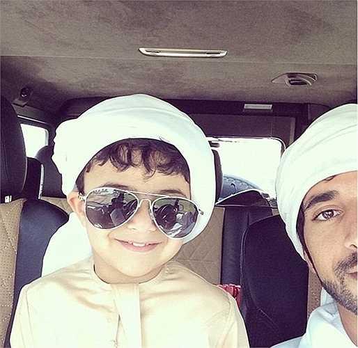 Hoàng tử Hamdan rất cưng chiều Mohammed. Họ là đôi bạn thân thiết, khiến nhiều người ngưỡng mộ. Cậu bé cười tươi rói khi selfie với cặp kính được thiết kế cho riêng mình.