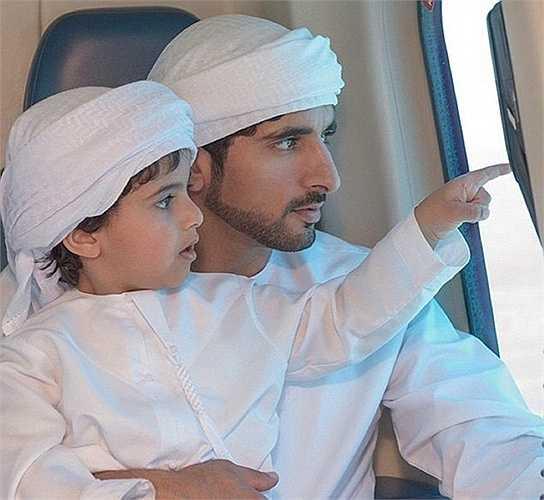 Mohammed và hoàng tử Dubai thân mật trong một chuyến bay. Hamdan gọi 'hoàng tử bé' là người bạn thân thiết nhất.