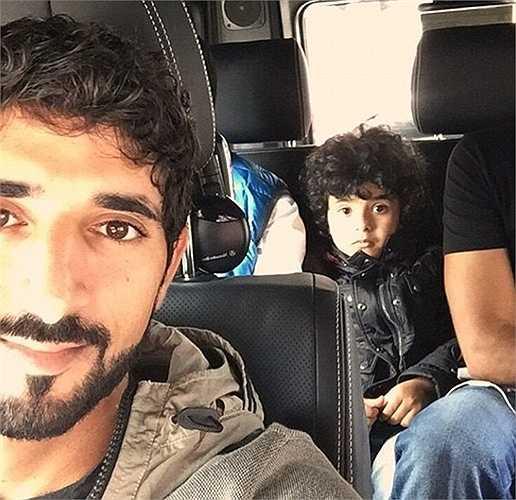 Mohammed và Hamdan đi du lịch trên Mercedes SUV G5 đắt tiền.
