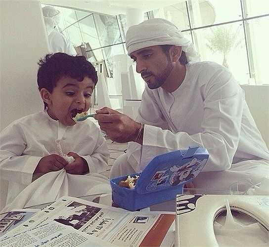 Khoảnh khắc hoàng tử Dubai bón cơm cho Mohammed khiến dân mạng thích thú.