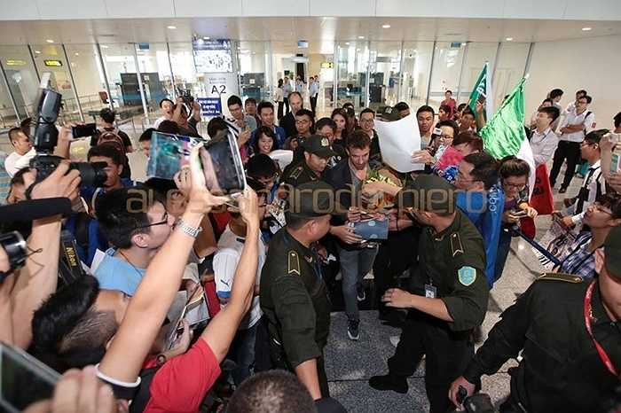 Chàng tiền vệ hào hoa tỏ ra rất bất ngờ trước sự tiếp đón của người hâm mộ Việt Nam