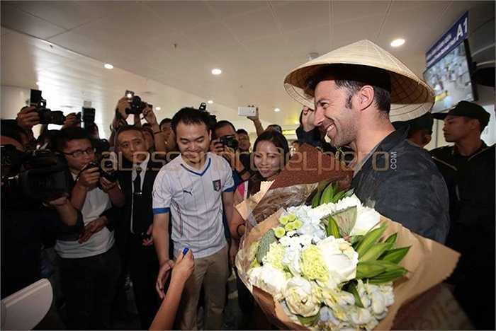 Del Piero đội nón lá đặc trưng của Việt Nam