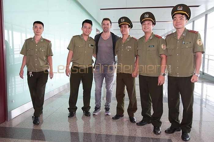 Del Piero chụp ảnh cùng đội an ninh sân bay