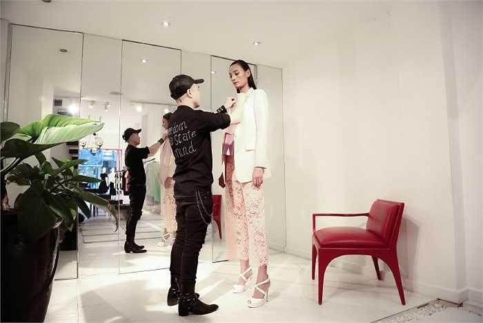 Được NTK Đỗ Mạnh Cường lựa chọn là gương mặt góp mặt trong show diễn thời trang tới đây, Lê Thúy đã dành thời gian tích cực chuẩn bị.