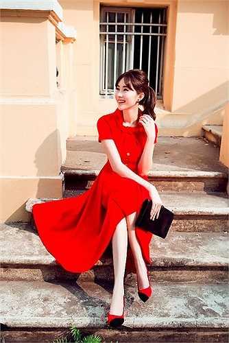Cô khoác lên người những bộ cánh trong BST mới nhất của Lê Thanh Hoà. Nét đẹp tinh khôi, sang trong và pha chút cổ điển được nhà thiết kế sử dụng gần như triệt để, chính điều này đã khiến nét đẹp của Đặng Thu Thảo trở nên mặn mà và phụ nữ hơn rất nhiều.