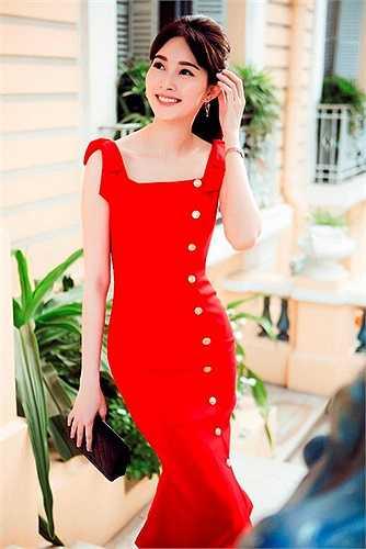 Đây là những thiết kế vừa được Lê Thanh Hoà vừa tung ra. BST nhận được những lời khen ngợi của những người phụ nữ yêu vẻ đẹp duyên dáng, thanh lịch, cổ điển.
