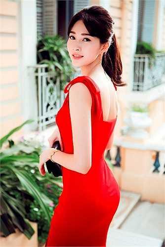 Sử dụng chất liệu đa dạng, xử lý phom dáng và những đường cắt may tinh tế, Lê Thanh Hoà cho biết anh đã nhân được rất nhiều đơn đặt hàng dành cho BST lần này và những thiết kế của anh đang trở thành 'best seller' được yêu mến nhất từ trước đến nay.