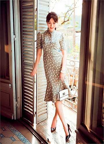 Những thiết kế cổ điển với ba tông màu trắng, đen, đỏ kết hợp cùng chiếc túi xách nhỏ và những phụ kiện đi kèm làm tôn lên nét đẹp quyến rũ, sang trọng của hoa hậu.