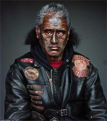 Một thành viên có đôi mặt dị dạng của băng đảng