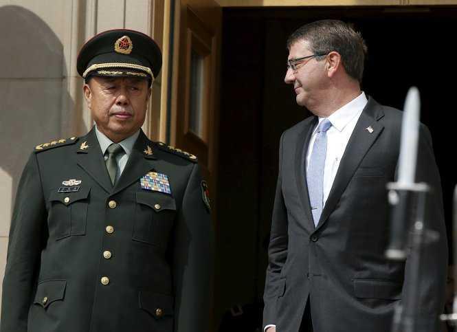 Bộ trưởng Bộ quốc phòng Mỹ Ashton Carter (phải) đón tiếp tướng Trung Quốc Phạm Trường Long ngày 11/6