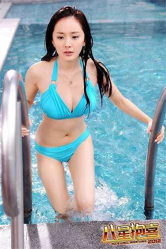Vòng 1 của Dương Mịch không đến mức ngoại cỡ nhưng khá lớn so với tỷ lệ chung trên cơ thể cô.