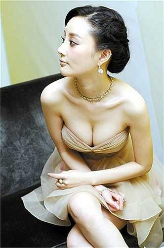Cô cũng thường xuyên chọn váy xẻ sâu khoe ưu thế này trước ống kính.