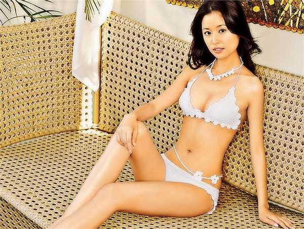 Tuy nhiên, sau đó, cô liên tục gây bất ngờ với những bức ảnh khoe đường cong và khuôn ngực đầy, làm dấy lên những tin đồn về phẫu thuật thẩm mỹ.