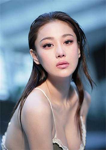 Trương Hinh Dư nổi tiếng với vóc dáng cao ráo, thanh mảnh và vòng 1 đầy đặn: 89cm.