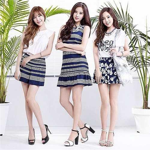 Trong ảnh quảng cáo, gương mặt của 3 cô gái nhóm TaeTiSeo trở nên cứng đờ, thiếu tự nhiên vì bị photoshop can thiệp khá nhiều.
