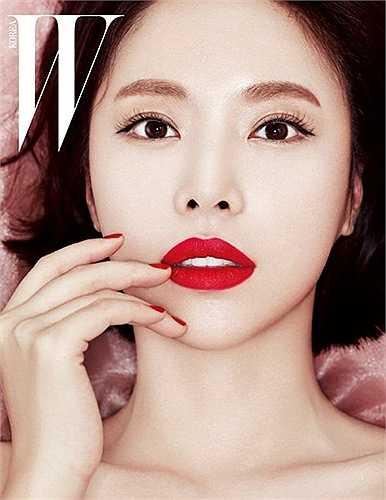 Đôi môi đỏ chót của cô đào Hwang Jung Eum trên tạp chí W lớn hơn khá nhiều so với ảnh đời thường.