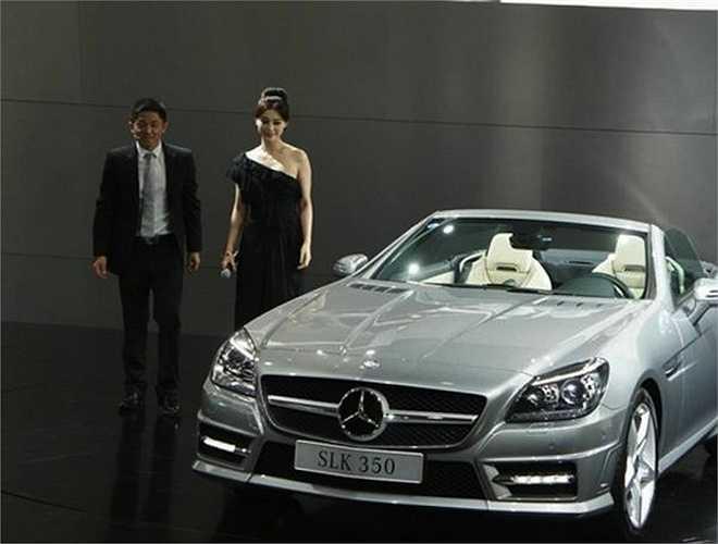 Cô cũng là chủ nhân của chiếc Mercedes-Benz S350L, dòng xe thế hệ thứ 9 của Mercedes-Benz S-class thế hệ W221, giá trị 2,7 triệu NDT.