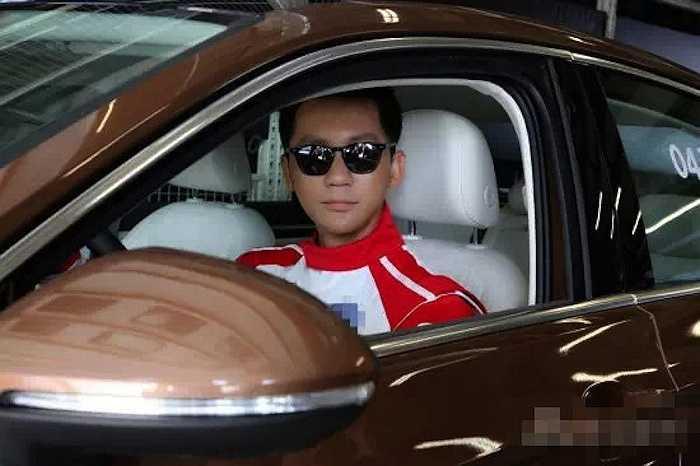 Lý Thần không kém cạnh so với vợ chưa cưới, nam tài tử từng lọt vào Danh sách người nổi tiếng của Forbes Trung Quốc với vị trí 35. Chiếc xe đầu tiên Lý Thần sử dụng là Mercedes-Benz ML320 trị giá 998.000 NDT (3,5 tỉ đồng).