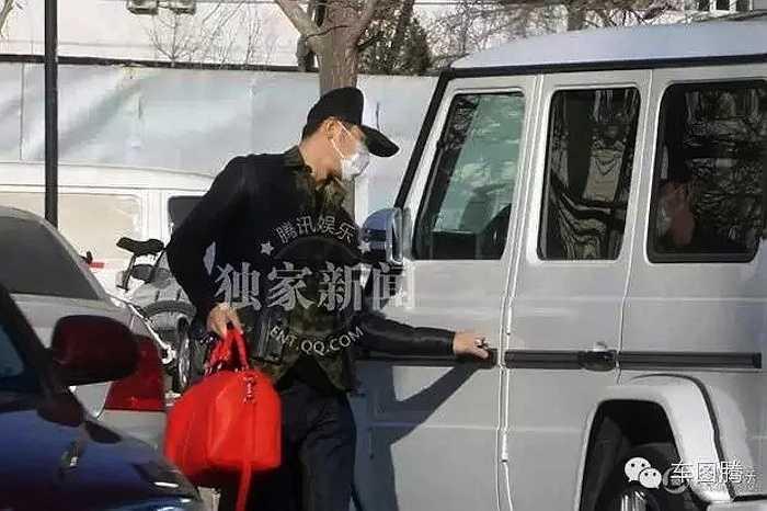 Tháng 2/2014, Lý Thần đưa bà nội đến viện khám bệnh bằng chiếc Mercedes-Benz G63 AMG.