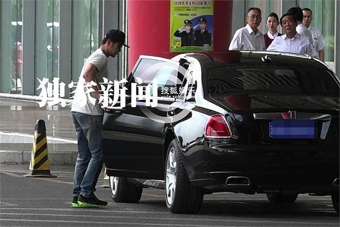 Mới đây nhất, người ta phát hiện Lý Thần sau khi trở về từ chuyến từ thiện cùng Phạm Băng Băng tại Tây Tạng, nam tài tử đã lái chiếc Rolls-Royce có giá từ 4 - 6 triệu NDT (14 - 21 tỉ đồng).  (Nguồn: 24h)